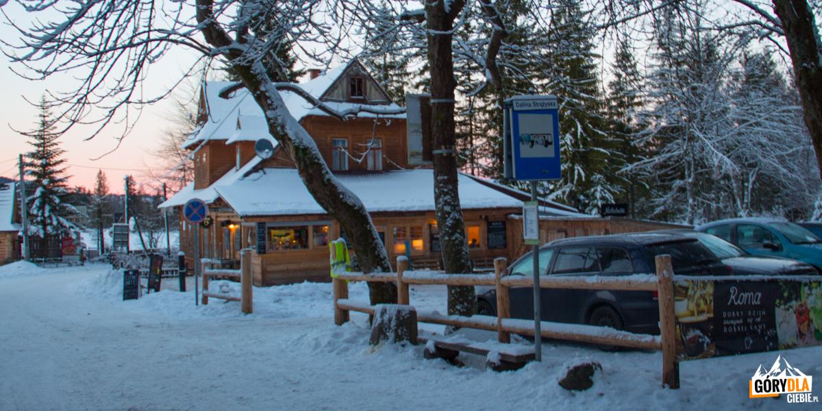 Parking i przystanek autobusowy przed wejśćiem do Doliny Strążyskiej