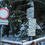 Drogowskazy przed wejściem do Doliny Strążyskiej