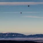 Widok z Sarniej Skały (1377 m) na Babią Górę, a nad nami balony