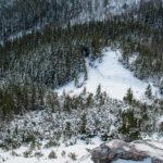 Podejście na Sarnią Skałę widziane z jej szczytu