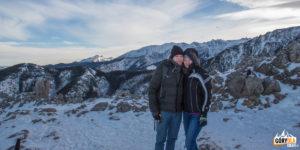 Para turystów na Sarniej Skale, w tle przelot balonów nad Tatrami