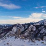 Widok z Sarniej Skały (1377 m) na Krokiew (1378 m), Kopę Magury (1704 m), grań Koszystej, Żółtą Turnię i Granaty, a na horyzoncie Tatry Bielskie(Hawrań, Płaczliwa Skała)