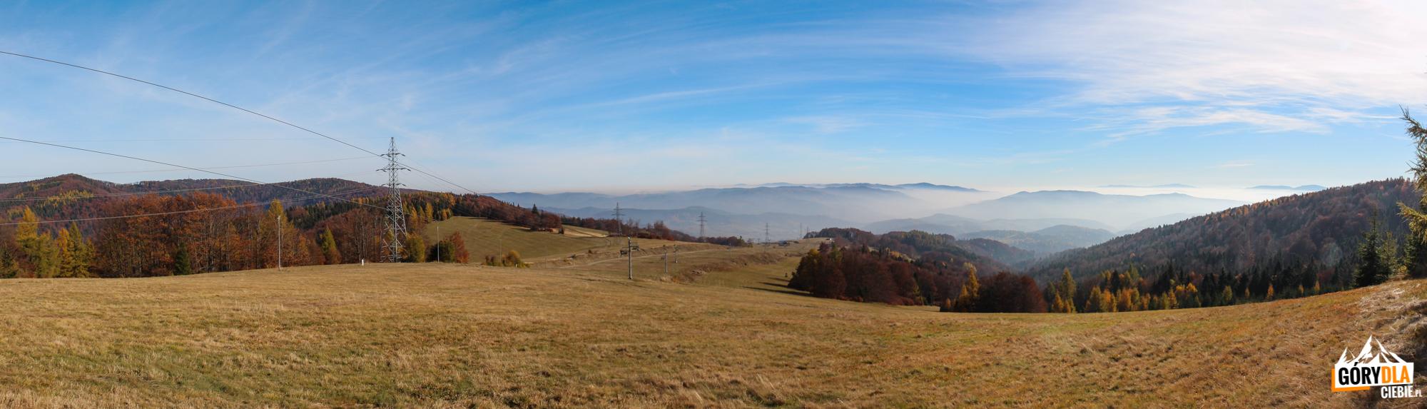 Widok z górnej stacji wyciągów na Jaworzynce (1001 m) na słowackie Góry Czerchowskie z najwyższym szczytem Minčol (1157 m)