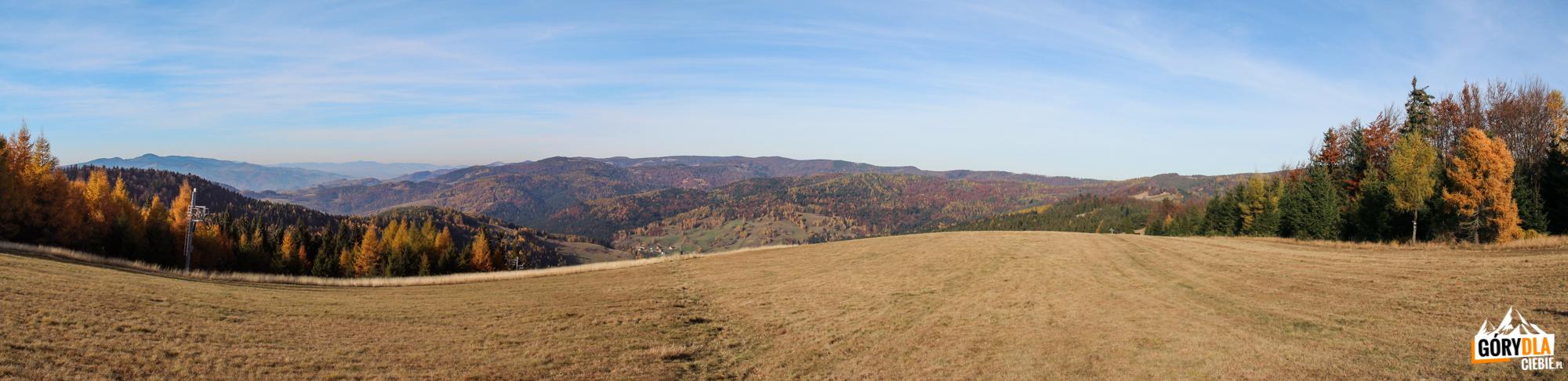 Widok z trasy narciarskiej: od lewej Pasmo Radziejowej, w głębi Mogielica w Beskidzie Wyspowym i na pierwszym planie grań Pasma Jaworzyny Krynickiej