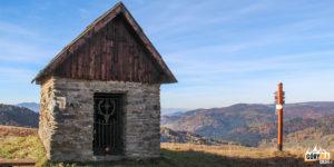 Kapliczka przy skrzyżowaniu szlaków na polanie Wyżnie Młaki