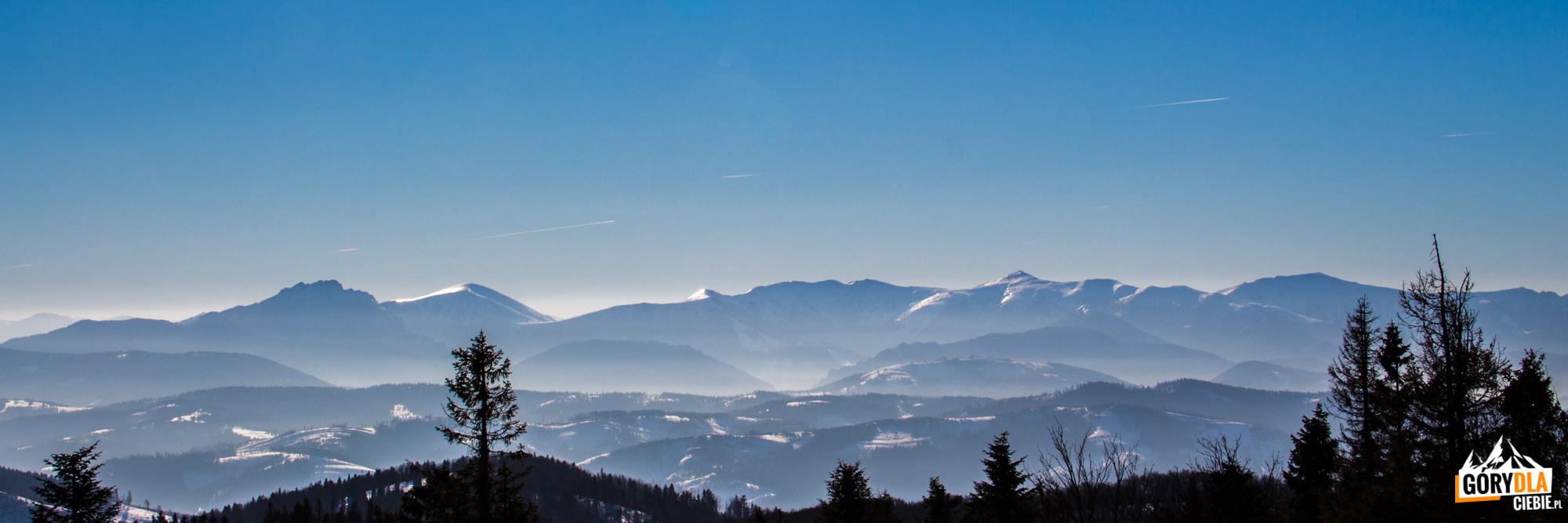 Panorama Małej Fatry zeszczytu Wielkiej Raczy (1236 m)