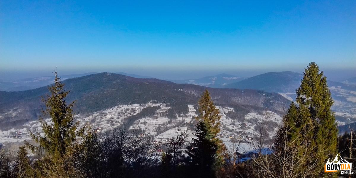 Widok sprzed Schroniską PTTK NaLuboniu Wielkim (1022 m) naStrzebel (976 m) iLubogoszcz (968 m)