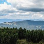 Widok ze szczytu Pilska (1557 m) na grań Lipowskiego Wierchu, Rysiankę (1322 m), Romankę (1366 m), a na drugim planie na Baranią Górę (1220 m) i Skrzyczne (1257 m)