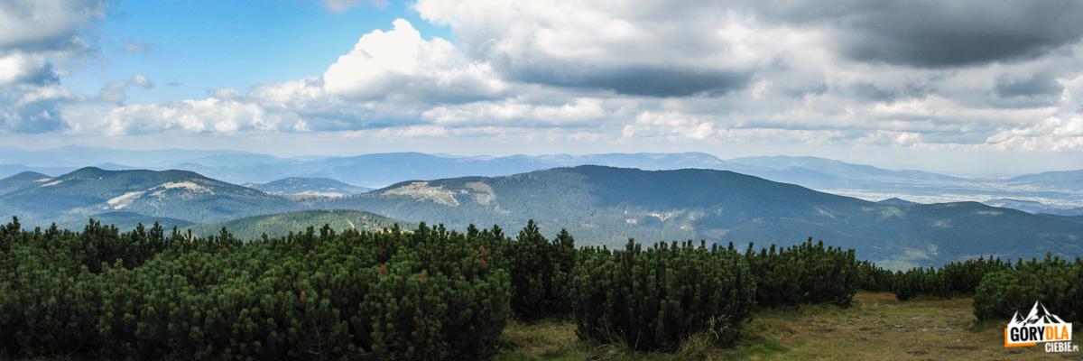 Widok zeszczytu Pilska (1557 m) nagrań Lipowskiego Wierchu, Rysiankę (1322 m), Romankę (1366 m), ana drugim planie naBaranią Górę (1220 m) iSkrzyczne (1257 m)