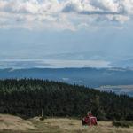 Widok ze szczytu Pilska (1557 m) na Jezioro Orawskie i na Tatry
