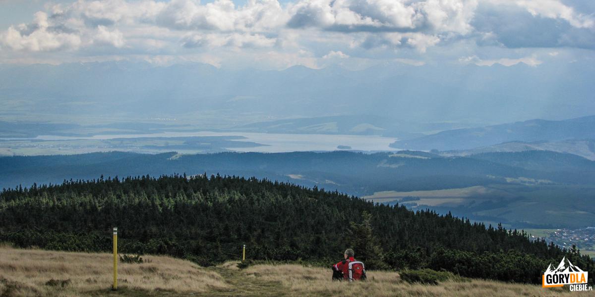 Widok zeszczytu Pilska (1557 m) naJezioro Orawskie ina Tatry