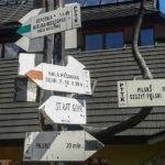Drogowskazy przy schronisku na Hali Miziowej