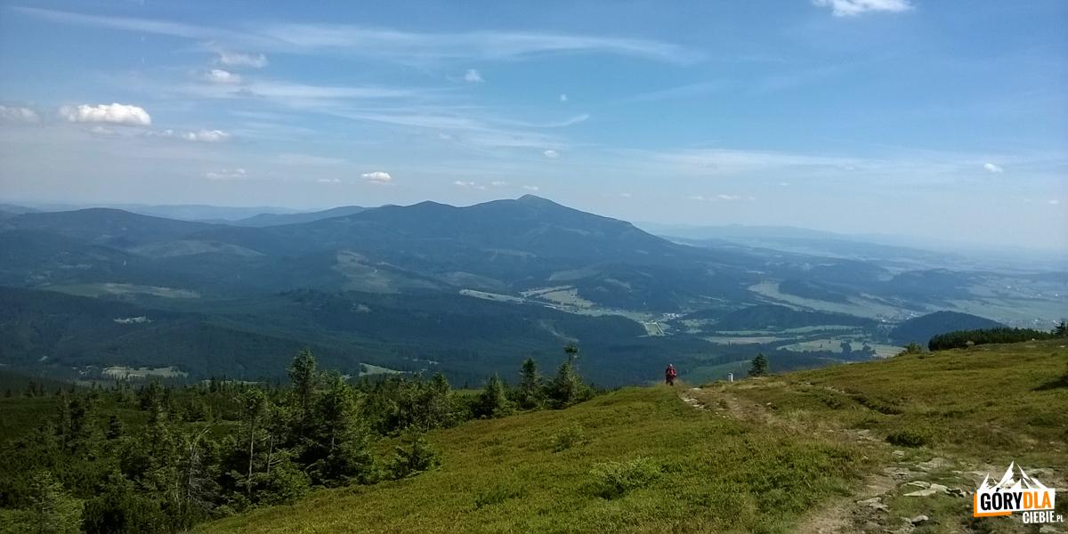 Widok zGóry Pięciu Kopców (1542 m) naBabią Górę (1725 m)