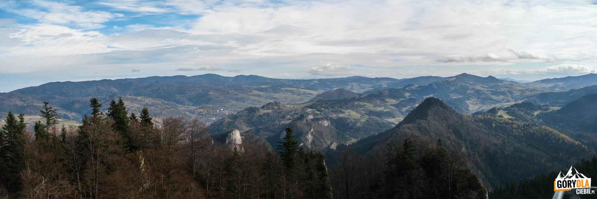 Panorama zTrzech Koron (982 m) - pasmo Przehyby iRadziejowej, abardziej napołudnie wdole Przełom Dunajca, aza nim Małe Pieniny znajwyższym szczytem Wysoka (1050 m)
