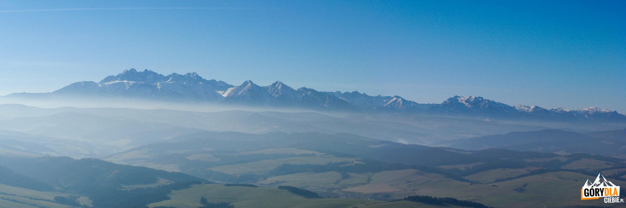 Panorama Tatr zeszczytu Trech Koron (982 m)