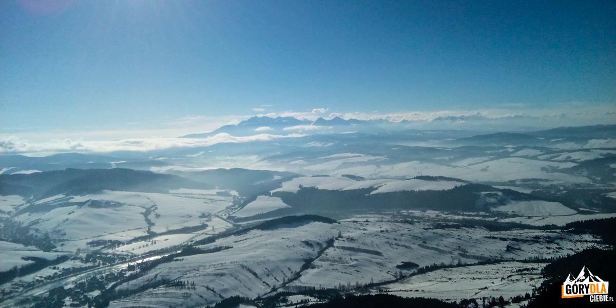 Panorama Tatr iPodhala zeszczytu Trech Koron (982 m)