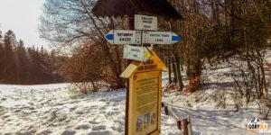 Drogowskazy na Przełęczy Szopka (780 m)