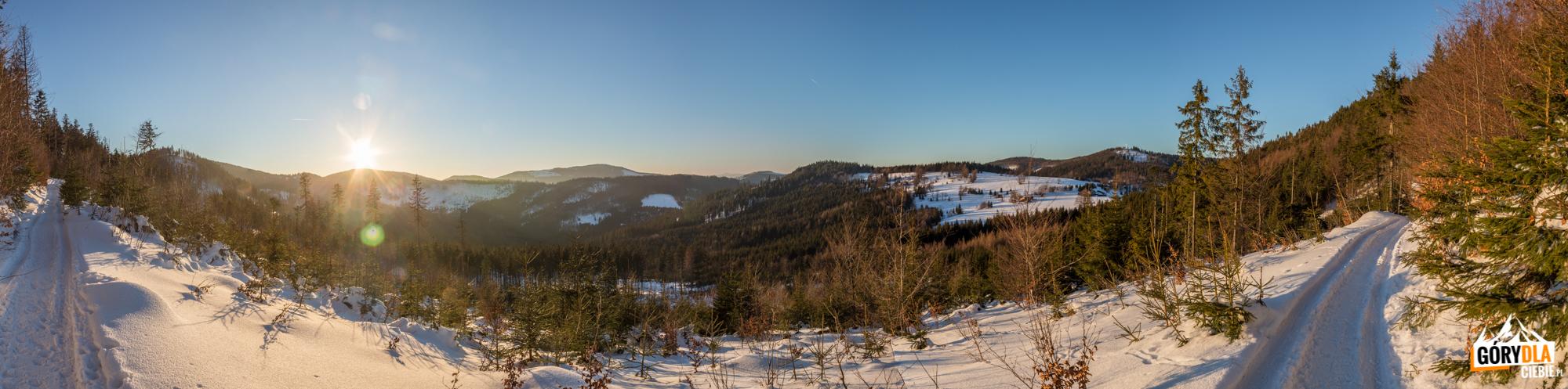 Czerwony szlak zbiega z grani na Przełęcz Przegibek (990 m) - centralnie widać Wielką Raczę, po prawej Bendoszkę Wielką