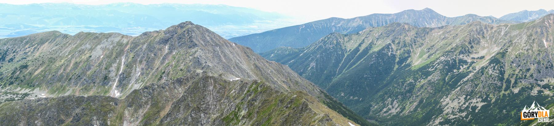 Widok zBystrej (2248 m) naZadnią Kopę (2162 m) iDolinę Raczkową