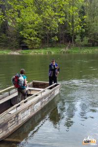 Przeprawa łodzią przez Dunajec na trasie niebieskiego szlaku na Sokolicę