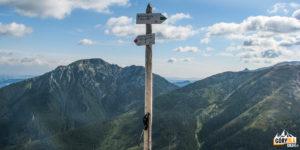 Drogowskazy na szczycie Trzydniowiańskiego Wierchu (1758 m)