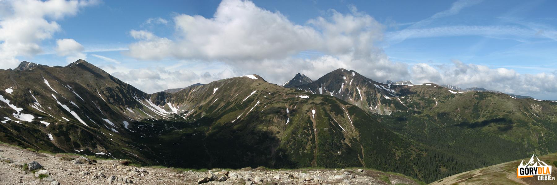Widok zTrzydniowiańskiego Wierchu (1758 m) naRaczkową Czubę (2194 m), Jarząbczy Wierch (2137 m), Łopatę (1958 m), Rohacze, iWołowiec (2064 m)