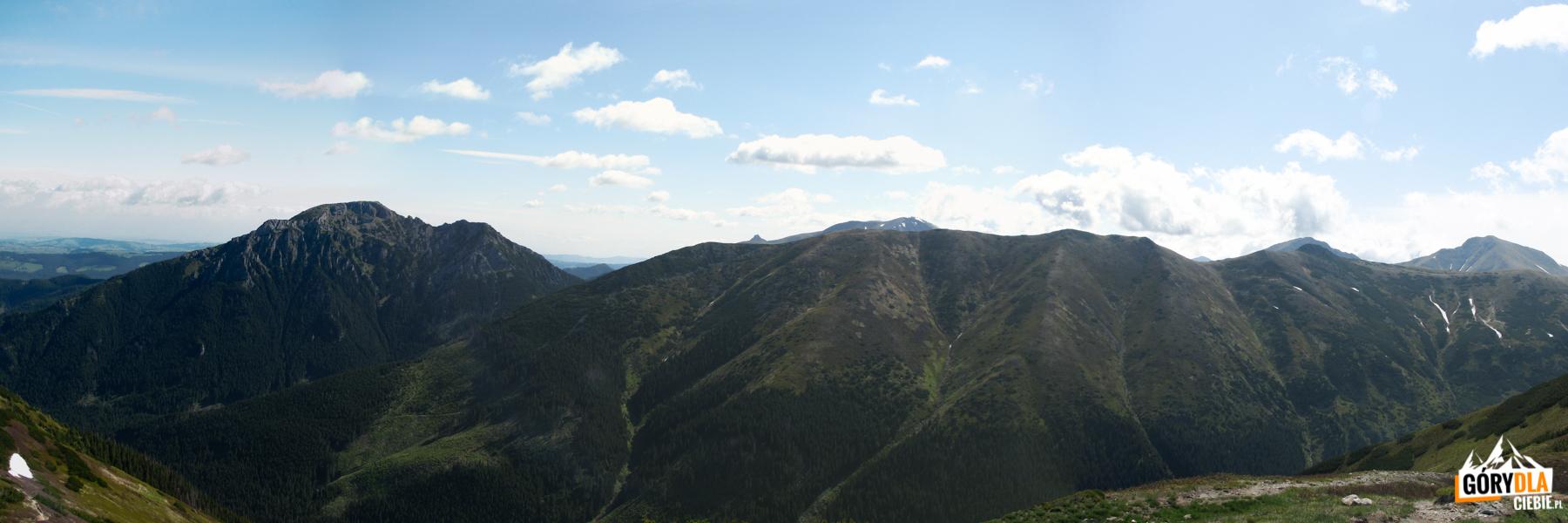Widok zTrzydniowiańskiego Wierchu (1758 m) naKominiarski Wierch (1829 m) igrań Ornaku (1854 m)