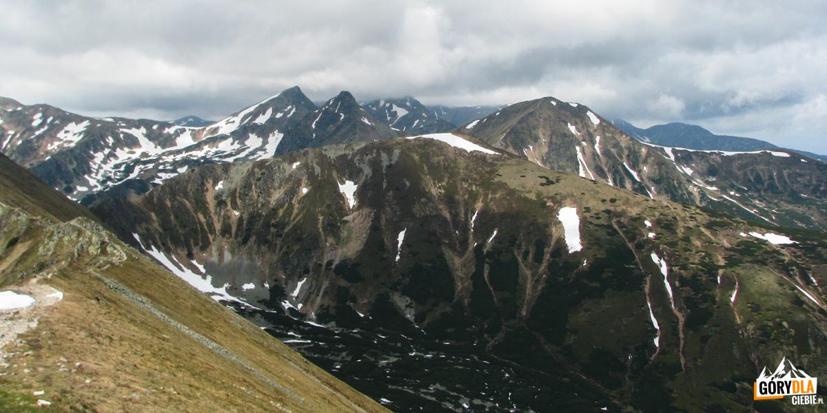 Widok zKończystego Wierchu (2002 m) naRohacze iWołowiec (2064 m)