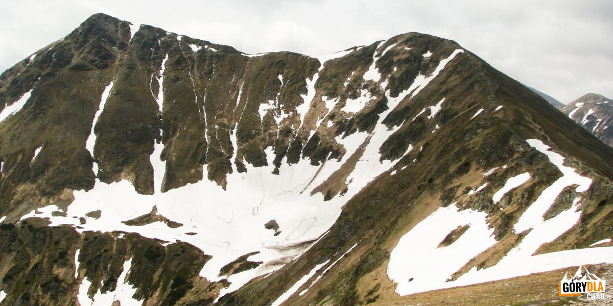 Na szczycie Kończystego Wierchu (2002 m), wtle Raczkowa Czuba (2194 m) iJarząbczy Wierch (2137 m)