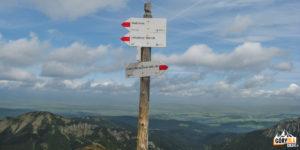 Drogowskazy na szczycie Kończystego Wierchu (2002 m)