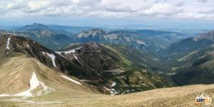 Widok z Kończystego Wierchu (2002 m) na Dolinę Starorobociańską i grań Trzydniowiańskiego Wierchu
