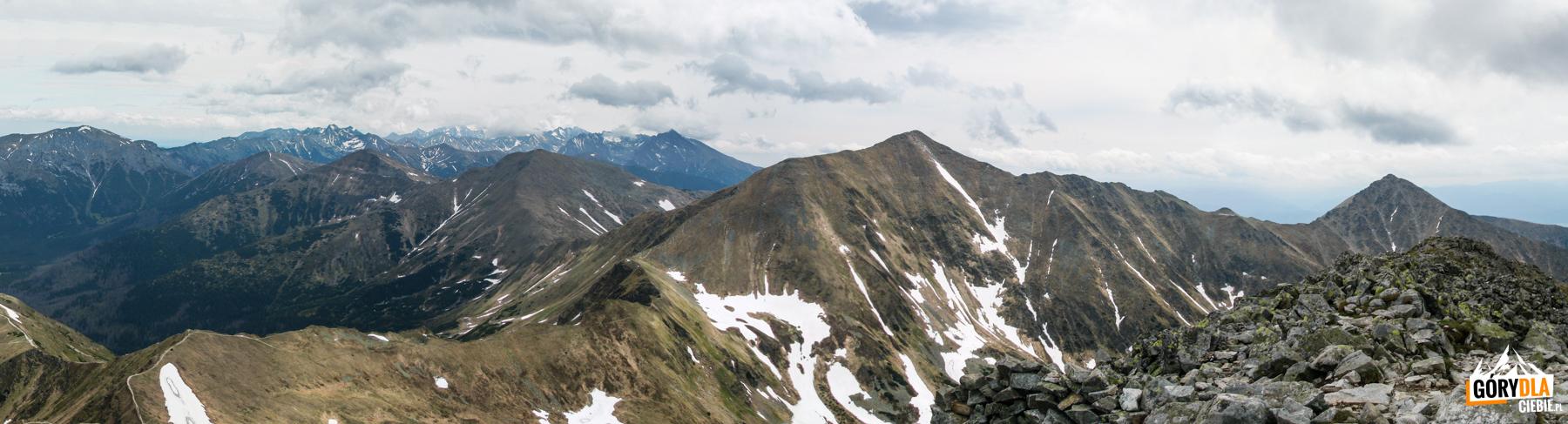 Widok zeszczytu Starorobociańskiego Wierchu (2176 m) naBłyszcz (2158 m), Bystrą (2248 m), dalej Kamienista (2126 m), Smreczyński Wierch (2068 m) iTomanowy Wierch (1977 m) natle Tatr Wysokich