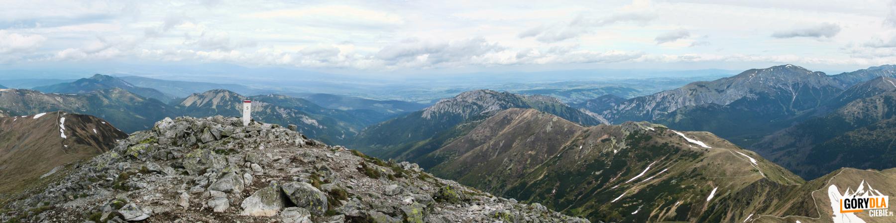 Widok zeszczytu Starorobociańskiego Wierchu (2176 m) naGrzesia (1653 m), Osobitą (1687 m) iBobrowiec (1663 m), Kominiarski Wierch (1829 m), grań Ornaku (1854 m) iCzerwone Wierchy