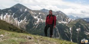 Na grani Ornaku (1854 m) na tle Starorobociańskiego Wierch (2176 m) i Kończystego Wierchu (2002 m)