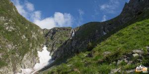 Wodospad spadający z progu dolinki pod Moldoveanu (od strony doliny Valea Rea)