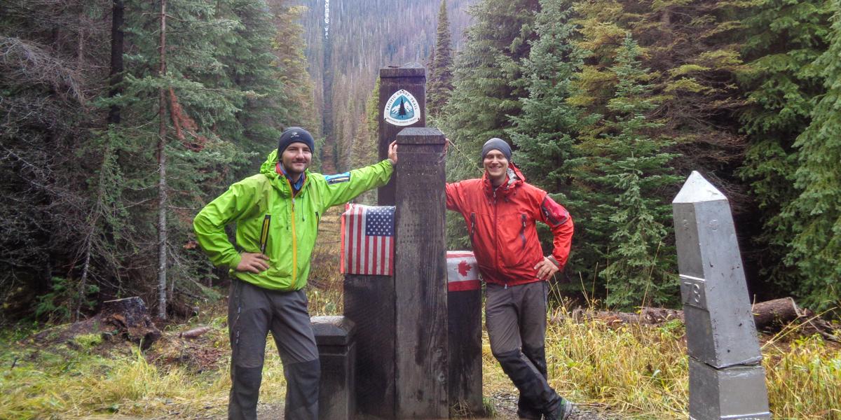 Szlak Pacific Crest Trail, słupek symbolizujący granicę pomiędzy USA a Kanadą. fot. Grzegorz Ozimiński i Maciej Stromczyński