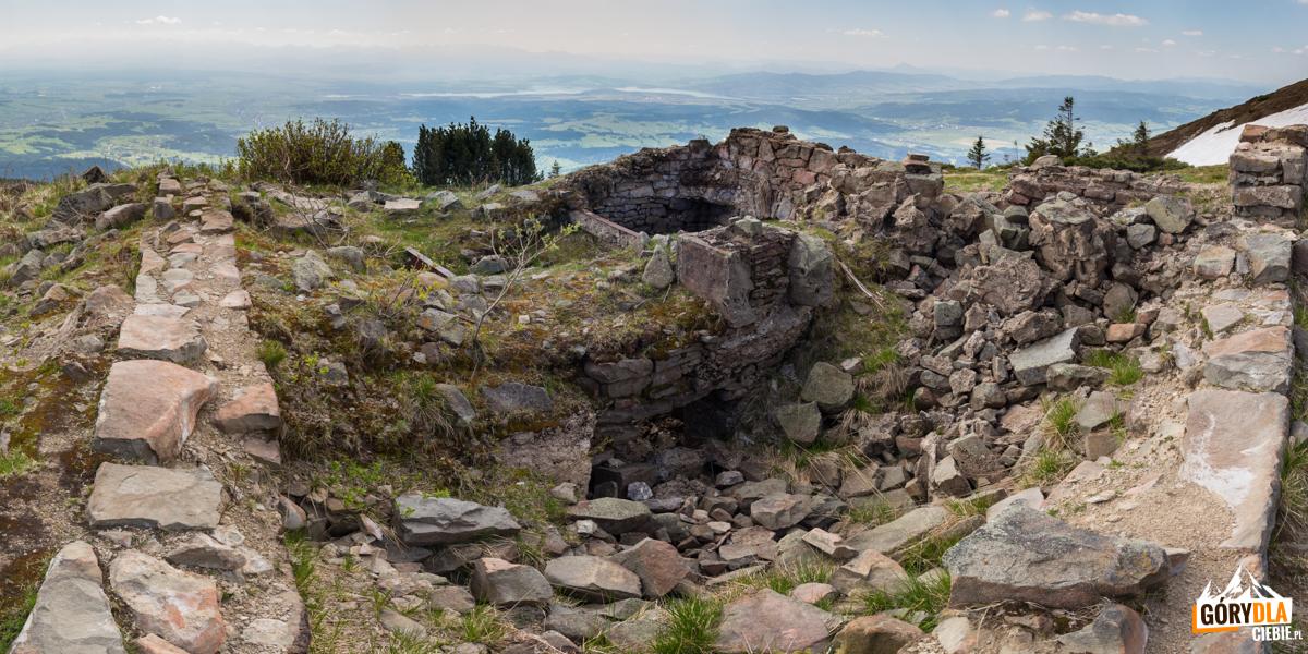 Ruiny schroniska wybudowanego w1905r. przez Beskidenverein. Było topierwsze schronisko naBabiej Górze (awłaściwie podGłodną Wodą (1616 m)