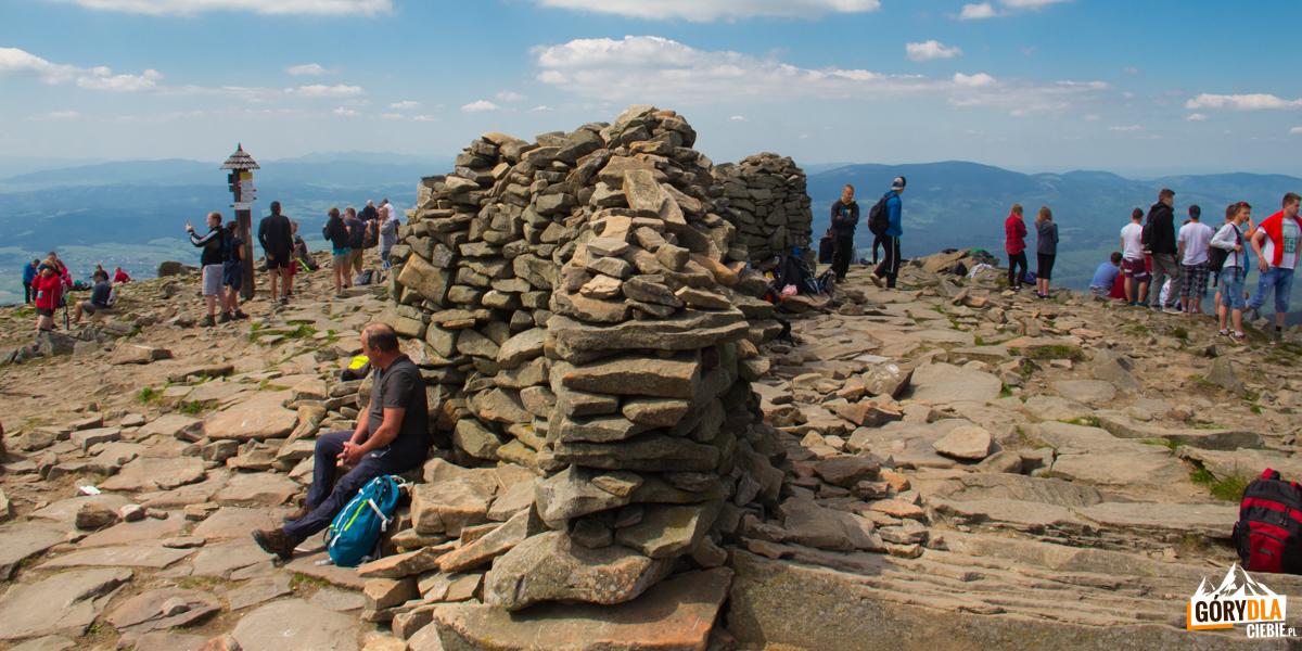 Kamienny mur – wiatrochron, odługości ponad 10 metrów wybudowany został przez turystów
