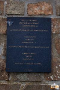 Obelisk z tablicą pamiątkową poświęcony papieżowi Janowi Pawłowi II