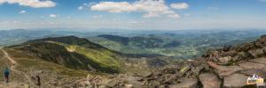 Widok zeszczytu Babiej Góry (1725 m) naMałą Babią Górę (1517 m) natle szczytów BeskiduŻywieckiego iBeskidu Śląskiego