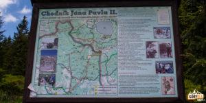 Tablice informacyjne przy ścieżce im. Jana Pawła II (żółty szlak na Babią Górę)