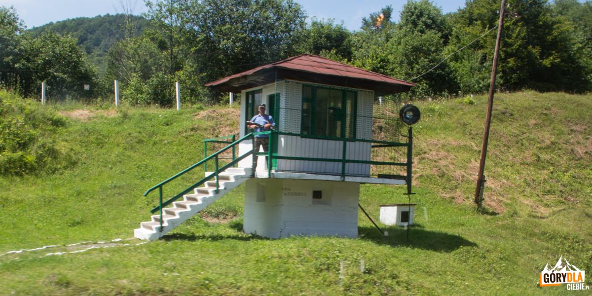 Strażnik przedjednym zwaiduktów natrasie Sianki-Wołosanka