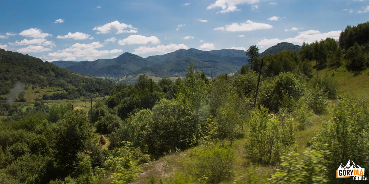 Panorama zokien pociągu natrasie Sianki-Wołosanka