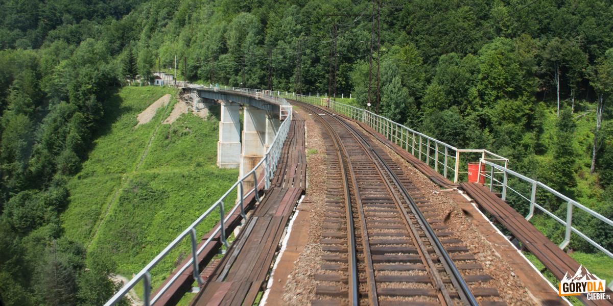 Przejazd przez wiadukt natrasie Sianki-Wołosanka