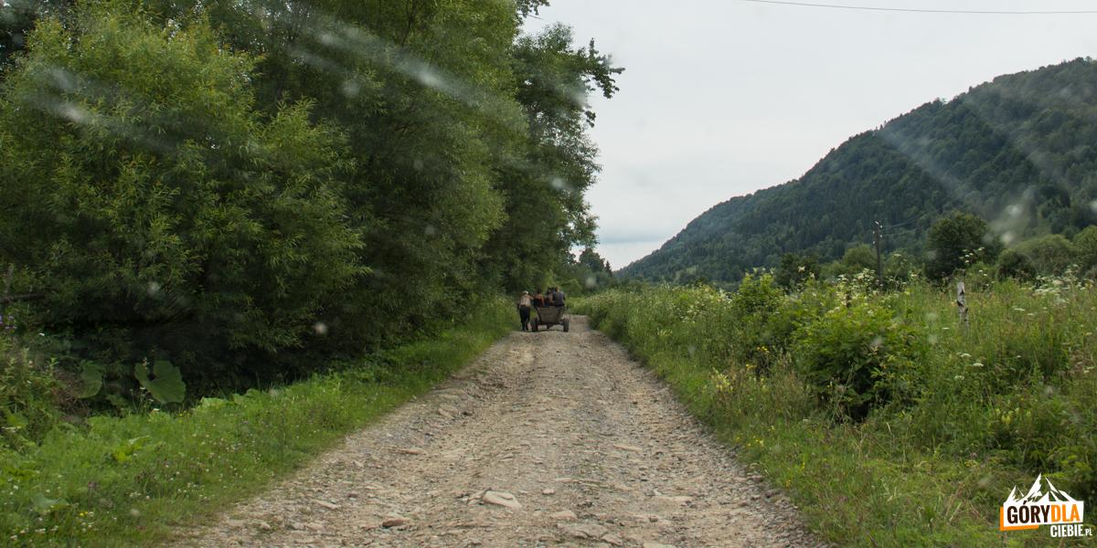 Przejazd szutrową drogą wzdłuż grani Pikuja ze wsi Użok do wsi Roztoka i dalej do Biłasowicy
