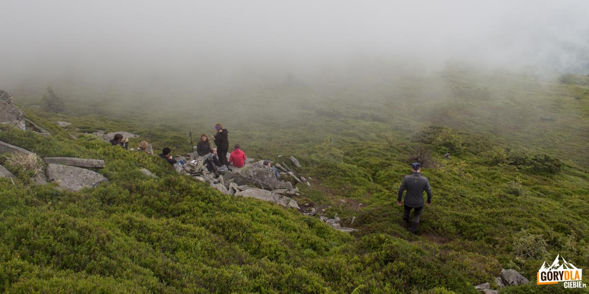 Pod szczytem możemy znaleźć kilka wygodnych miejsc, osłoniętych od wiatru i wygodnych do odpoczynku