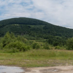 Widok z przełęczy pod Starostyną: od lewej Drohobycki Kamień (1186 m), Starostyna (1229 m), Żurawka (1226 m), ledwie widoczne zbocza Pikuja.