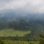 Przysłonięty lekkimi chmurkami szczyt Wielkiego Menczyła (1036 m)