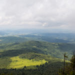 Panoramy spod Pikuja – od lewej grań w kierunku Sianek, wieś Husne Wyżne, szczyt Wielkiego Menczyła (1036 m) i Biłasowica