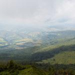 Zejście ze szczytu Pikuja (1408 m) w dole wieś Husne Wyżne (ukr. Верхнє Гусне) i szczyt Wielkiego Menczyła (1036 m)